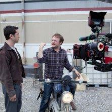 Joseph Gordon-Levitt discute col regista Rian Johnson sul set di Looper