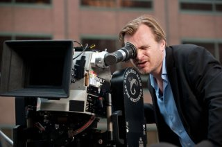 Christopher Nolan guarda nella sua telecamera sul set de Il cavaliere oscuro - Il ritorno