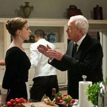 Michael Caine istruisce Anne Hathaway in una scena di Il cavaliere oscuro - Il ritorno