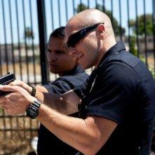 Michael Pena e Jake Gyllenhaal in azione in una scena di End of Watch