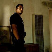 Michael Pena nel corso di una perquisizione in una scena di End of Watch