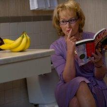 Una buffa immagine di Mery Streep che osserva delle banane tratta da Hope Springs, consigli per gli affetti