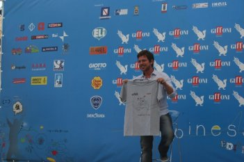 Claudio Gioè mostra orgoglioso la maglietta della giuria del Giffoni Film Festival