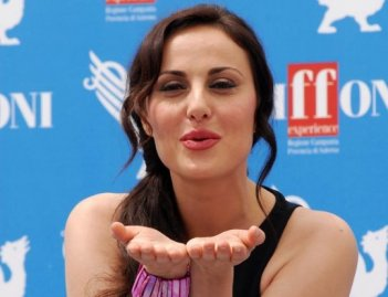 Isabelle Adriani manda baci ai suoi ammiratori presenti a Giffoni