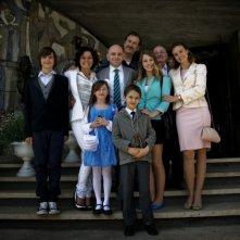 Tutti contro tutti: Rolando Ravello insieme al cast in una foto promozionale del film
