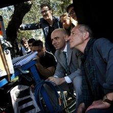 Tutti contro tutti: Rolando Ravello, regista e interprete del film, sul set insieme a Marco Giallini