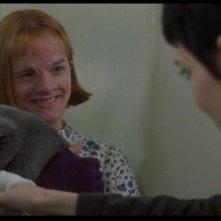 Winona Ryder (di spalle) con Elisabeth Moss in una scena del film Ragazze Interrotte