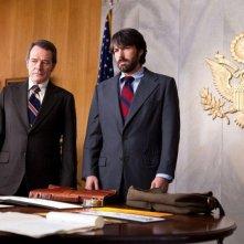 Ben Affleck e Bryan Cranston in una scena di Argo