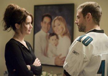 Bradley Cooper a confronto con Jennifer Lawrence in una scena di The Silver Linings Playbook