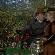 Edward de Souza con Jennifer Daniel in una sequenza del film Il mistero del castello