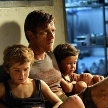 Ewan McGregor con i figli cinematografici Oaklee Pendergast e Samuel Joslin in The Impossible
