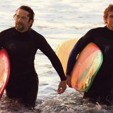Gerard Butler e Jonny Weston escono dall'acqua in Chasing Mavericks