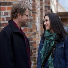Greg Kinnear e Jennifer Connelly sorridenti in una scena di Writers