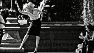 Greta Gerwig danza di fronte a una fontana in Frances Ha
