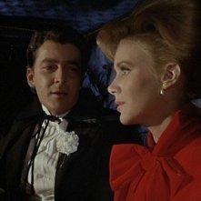 Il mistero del castello: Edward de Souza (sullo sfondo) con Jennifer Daniel in una scena del film