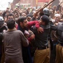 Riz Ahmed coinvolto in una scena di massa in The Reluctant Fundamentalist