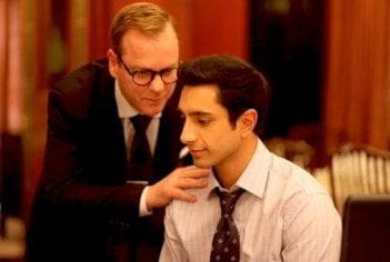 Riz Ahmed e Kiefer Sutherland in una scena di The Reluctant Fundamentalist