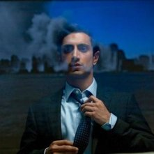 Riz Ahmed guarda fuori dalla finesta in The Reluctant Fundamentalist