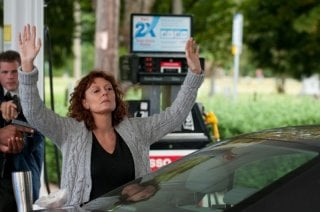 Susan Sarandon alza le mani in una scena di The Company You Keep