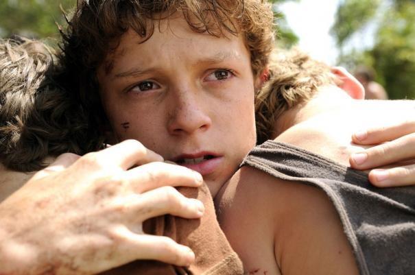 Tom Holland abbraccia i fratelli in una scena di The Impossible