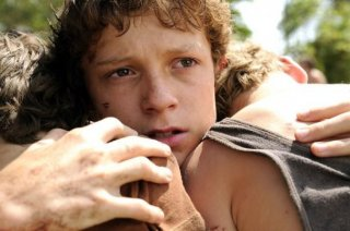 Tom Holland abbraccia i fratelli in una scena di The Impossible