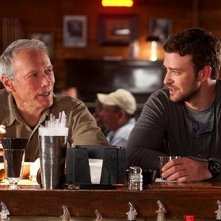 Clint Eastwood e Justin Timberlake bevono insieme in una scena di The Trouble with the Curve