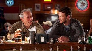 Clint Eastwood e Justin Timberlake bevono insieme in una scena di The Trouble with the Curve