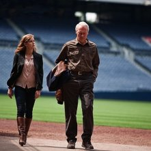 Clint Eastwood ed Amy Adams camminano in un campo di football in una scena di The Trouble with the Curve