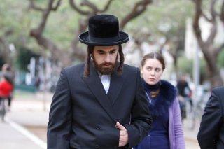Fill the Void: Yiftach Klein e Hadas Yaron (dietro) in una scena tratta dal film