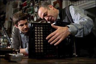 Il regista Giuseppe Tornatore insieme a Jim Sturgess sul set del film La migliore offerta
