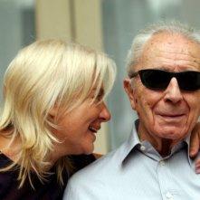 il regista Michelangelo Antonioni con sua moglie Enrica Fico