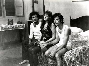 Monica Vitti con Giancarlo Giannini e Marcello Mastroianni in 'Dramma della gelosia'
