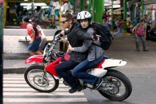 The Bourne Legacy: Jeremy Renner e Rachel Weisz in moto in una scena d'azione del film