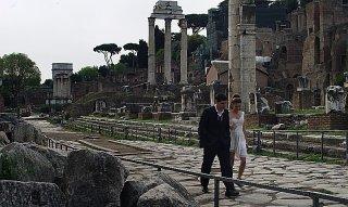 Un giorno speciale: Giulia Valentini e Filippo Scicchitano a passeggio tra le rovine dei Fori Imperiali di Roma
