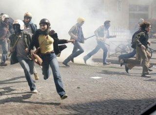 Après Mai: Lola Créton durante una rivolta di piazza in una scena del film