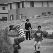 Playback: Jun Murakami in una scena del film osserva degli skaters