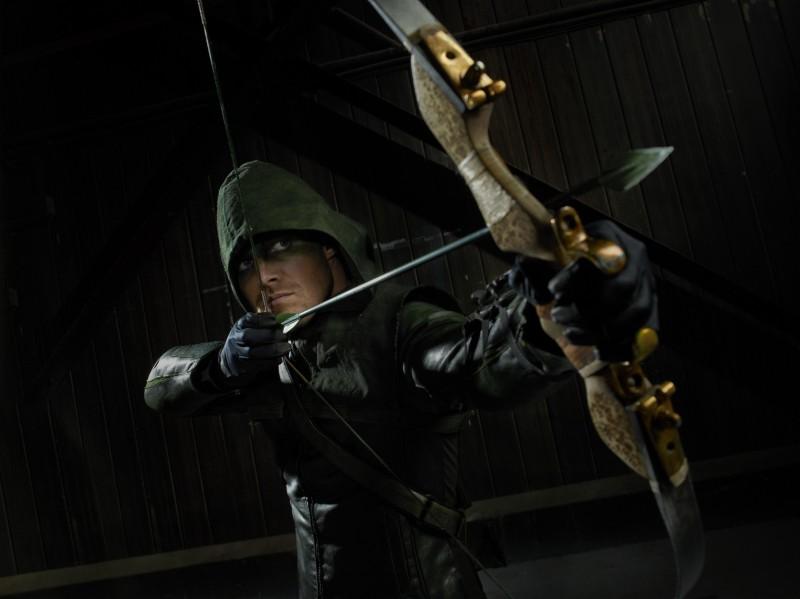 Arrow: Stephen Amell in una delle prime foto della serie