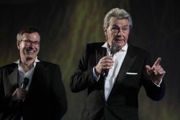 Alain Delon acherza col direttore artistico di Locarno Olivier Pere