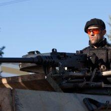 I mercenari 2 : Jason Statham nei panni di Lee Christmas a bordo di un carro armato in una scena del film