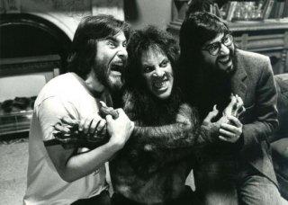 John Landis con Rick Baker e David Naughton sul set di Un lupo mannaro americano a Londra