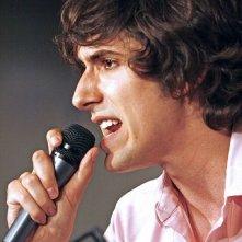 Una foto di Max Landis mentre parla in pubblico
