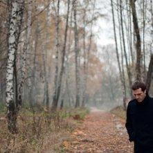 Betrayal: Dejan Lilic passeggia nel bosco in una scena del film