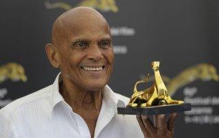 Harry Belafonte stringe in mano il Pardo d'oro alla carriera