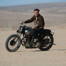 The Master: Joaquin Phoenix in motocicletta in una scena del film