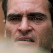 The Master: Joaquin Phoenix in un sofferente primo piano tratto dal film di Paul Thomas Anderson