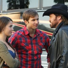 90210: Justin Deeley, Jessica Lowndes e Billy Ray Cyrus in una scena dell'episodio 'Tis Pity