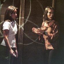 Alyssa Milano e Shannen Doherty in una scena dell'episodio L'anniversario della serie Streghe