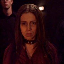 Alyssa Milano in un momento dell'episodio Viaggio nel futuro della serie Streghe