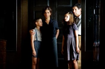 Appartamento ad Atene: Gerasimos Skiadaresis e Laura Morante nei panni di Zoe e Nikolas Helianos in una scena del film