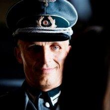 Appartamento ad Atene: Richard Sammel accenna un sorriso in un momento del film